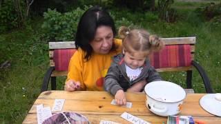 Игры для обучения чтению. Ольга Николаевна и Варя (1,6 г) играют с карточками