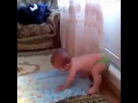 Namaz kılan küçük bebek