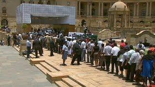 Les Sud-africains se pressent pour dire adieu à Nelson Mandela.