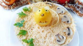 Очень вкусный слоеный салат с курицей грибами и сыром на Новый год 2020 Мышка из лимона на салате
