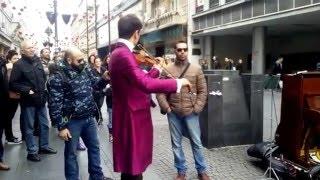 Italijanski turista (Bechara Moufarrej) i ulicni sviraci (Danilo Andjelkovic) u Knez Mihajlovoj