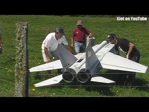 MIG 25 engine failure on takeoff (huge twin jet-powered RC model plane)