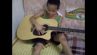 Cậu bé Thành Phát 6 tuổi chơi guitar bài 1 con vịt!!!.AVI