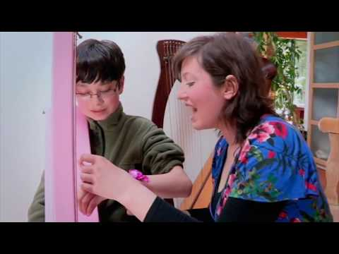 "Úna Ní Fhlannagáin Teaching Harp On ""Twin Towns"" Reality TV Show"