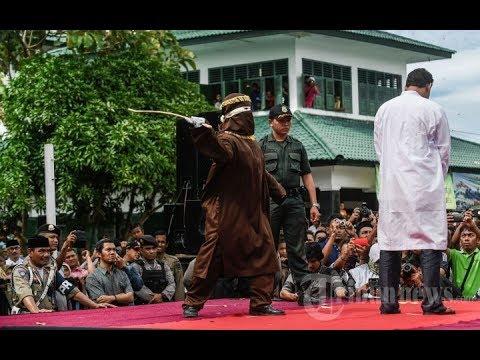 Pelaku mesum melawan saat di eksekusi oleh algojo cambuk di aceh edit