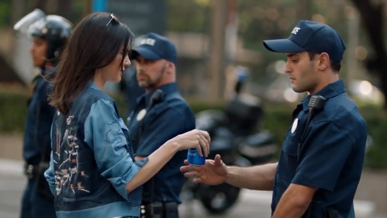 Kendall Jenner Envuelta en Polémica por Comercial Pepsi - YouTube