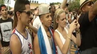 """Integrante de """"Los Aldeanos"""" participa en Carnaval de la calle ocho."""