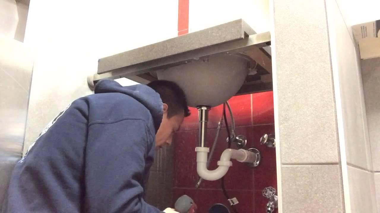 Instalaci n de lavamanos con sensor youtube for Lavamanos sin instalacion