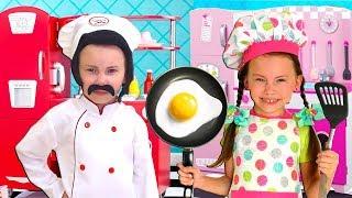 Alice juegan en Restaurante con amigos y un set de cocina de juguete