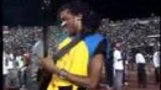 Flamme Kapaya gratte sa guitare