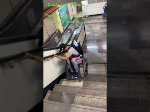 Hombre en silla de ruedas muestra como bajar las escaleras del metro CDMX