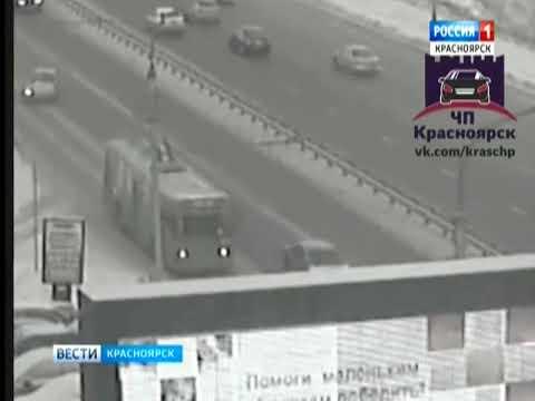 На улице Белинского в Красноярске иномарка протаранила рекламный щит