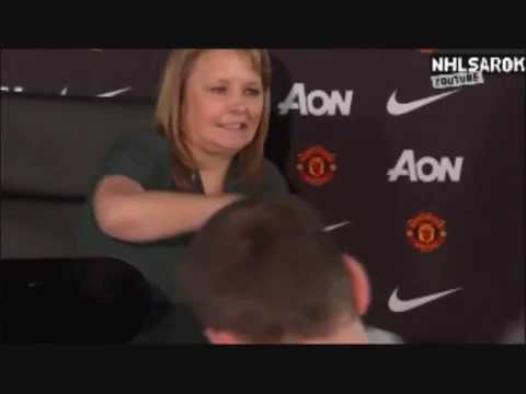Man United press officer pulls hilarious face while give Louis van Gaal's files to the press