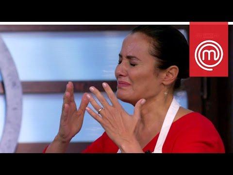 Roberta Capua ha un incidente mentre cucina | Celebrity MasterChef Italia