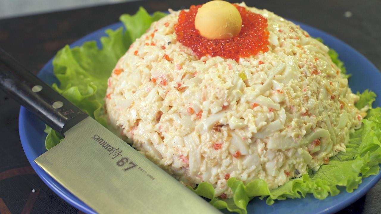 Сытный морской салат с жареным луком.