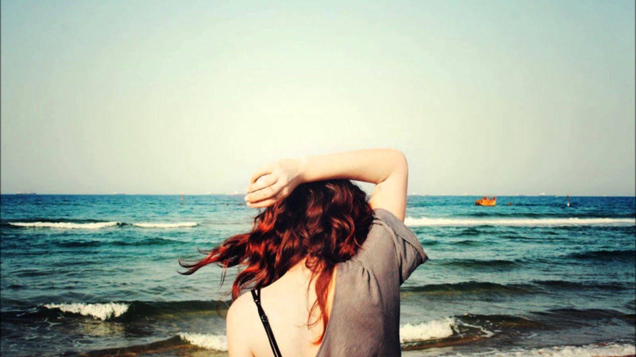 Рыжая девушка на пляже фото спиной