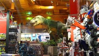 Живой динозавр в детском мире на Times Square в Нью-Йорке
