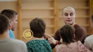 как актер театра  «Гоголь-центр»   помогает детям