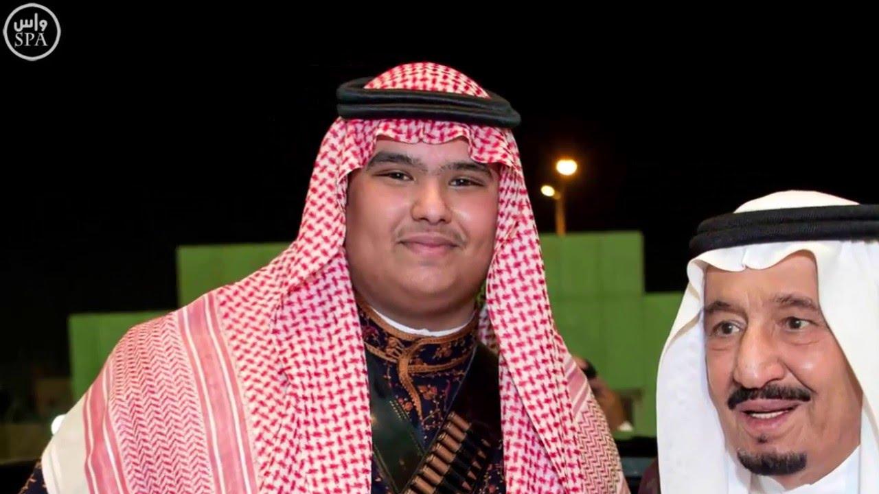 الملك سلمان يغالب دموعه في حفل تخر ج ابنه الأمير راكان Youtube