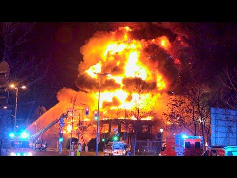 [HEFTIGE EXPLOSION BEI GROSSBRAND   DÜSSELDORF] - Feuerwehrleute Verletzt   Massive Rauchentwicklung
