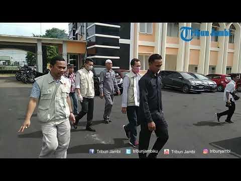 Penyidik KPK Amankan Kotak Kardus saat Geledah Kantor PUPR Provinsi