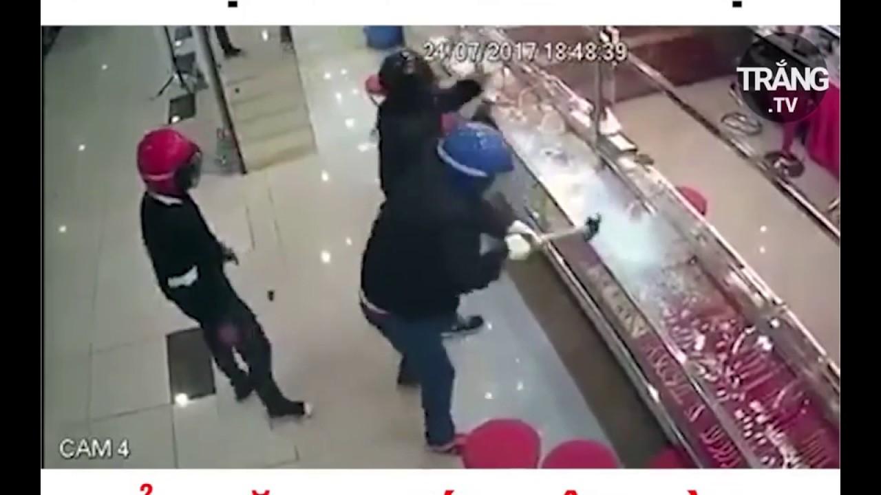 Cuớp tiệm vàng đập kính không bể