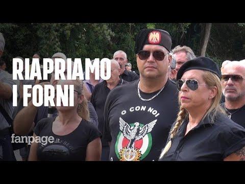 Con i fascisti sulla tomba di Mussolini: 'Riapriamo i forni crematori. Se fa caldo è colpa dei neri'
