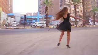 وبصير برقص مطرحي و بدور متل الفراشة الحايمة عالنور