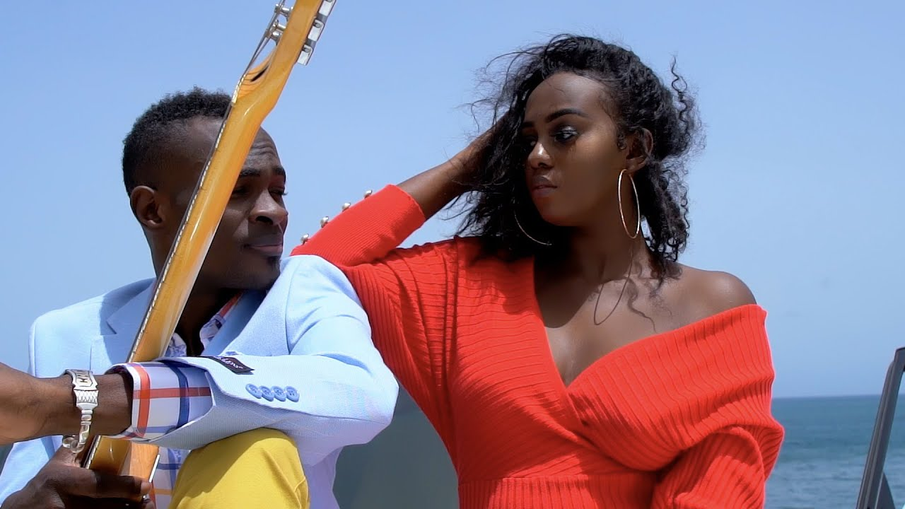 Cheick Niang (Guitariste Wally B. Seck) - African Guitar (CLIP OFFICIEL)
