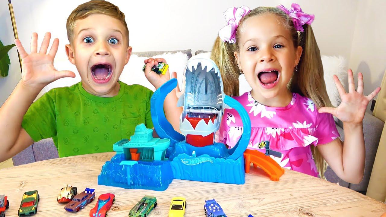 रोमा और डायना खिलौना कारों के साथ खेलते हैं | बच्चों के लिए हॉट व्हील्स कार