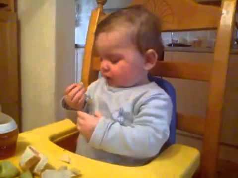 Funny baba slaap en eet baie snaaks