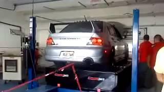 Régis teste la puissance de sa voiture et la passe au banc