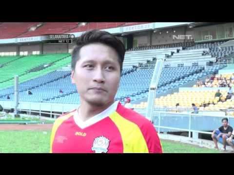 Aksi Arie Untung Jadi Kiper Sepak Bola