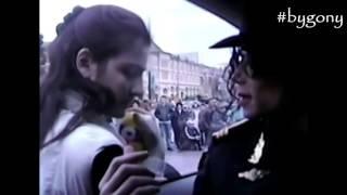 Una fan saludando a Michael Jackson en Moscow