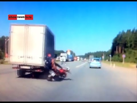 Мопедист налетел на угол вставшего фургона. Real Video