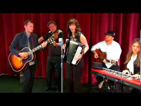 Mary Steenburgen accordion