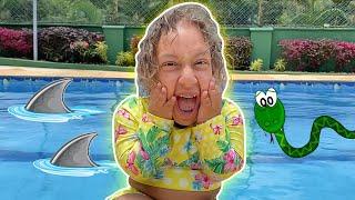 Maria Clara diverte na piscina com papai   Funny Story for Kids - MC Divertida