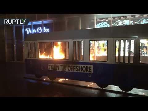 عارية تشعل -ترامواي- احتجاجا على بوروشينكو  - 09:21-2017 / 11 / 15