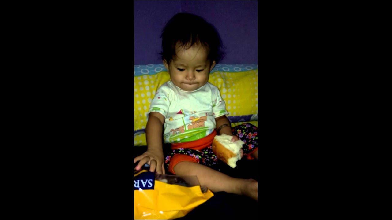 Bayi Makan Roti