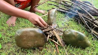 Survival skills: Octopus grilled on the clay for food - Cooking octopus eating delicious