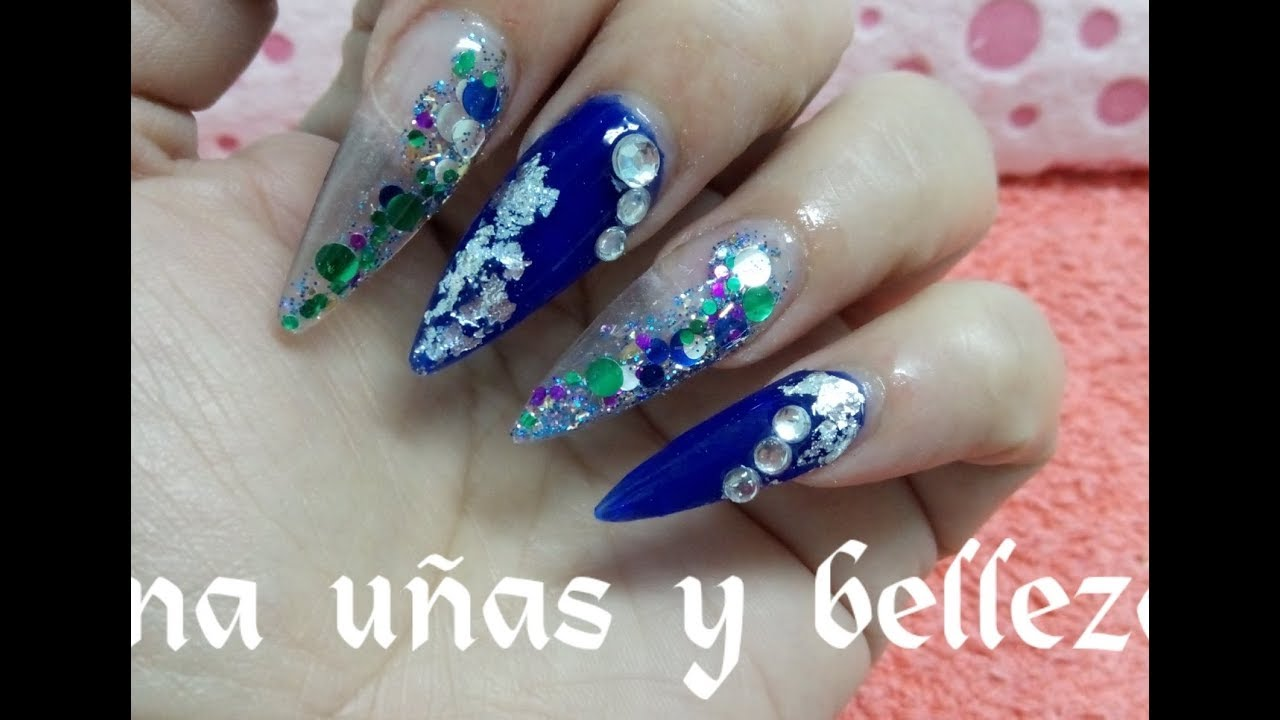 Uñas Acrílicas Stiletto Azul Eléctrico Con Cofeti De Colores