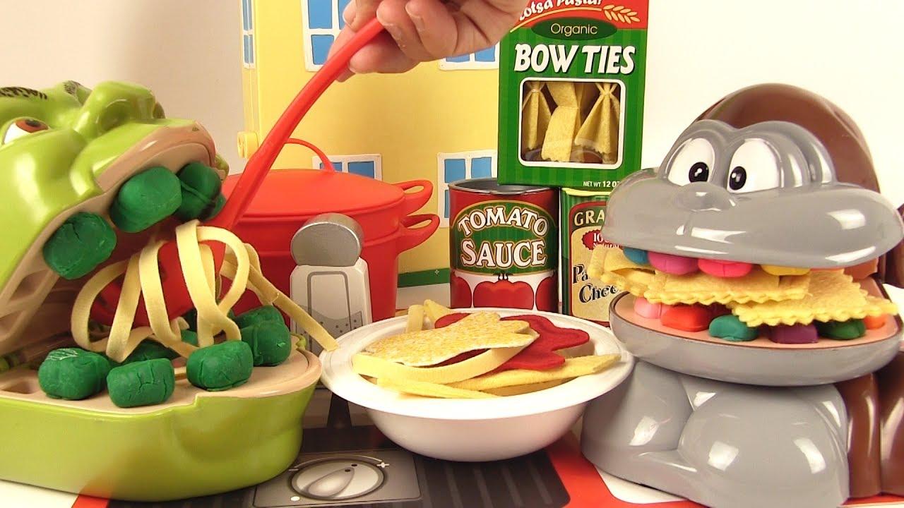 Shrek et le Singe Mangent des Pâtes Italiennes Bolognese