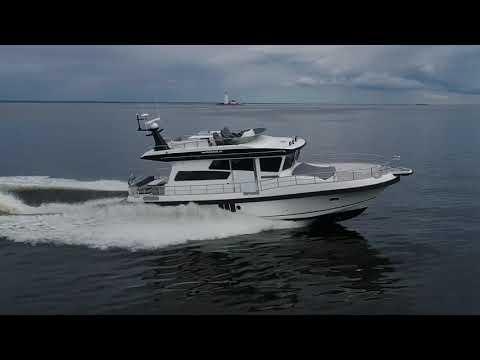 Морская моторная яхта