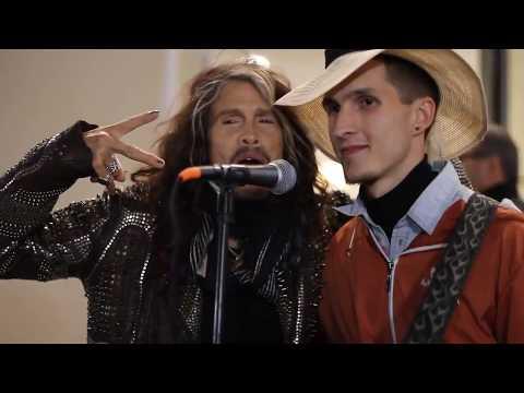 Steven Tyler, líder de Aerosmith canta con un músico callejero en Moscú