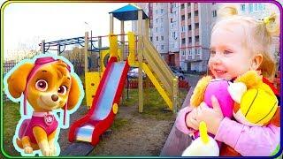 Тома и Игрушки Щенячий Патруль на детской площадке играют в прятки. Видео для детей