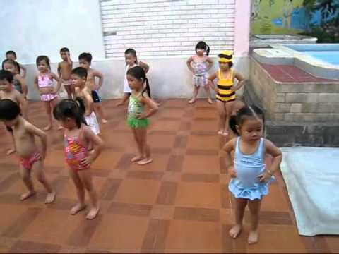 BUI DA MINH CHAU -Em học bơi tại trường Bambi - 2010.07.11.wmv