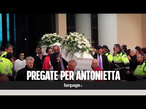 """Latina, ai funerali di Martina e Alessia l'appello della zia: """"Pregate per mia sorella Antonietta"""""""