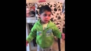 ילד צועק על אבא שלו שיפסיק לבזבז כסף