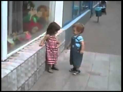 Kleiner Junge sucht sich eine neue Freundin (voll süß)