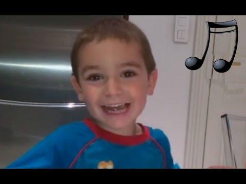 Enfant 3 ans chante comptine Au clair de la lune | Comptine paroles chanson